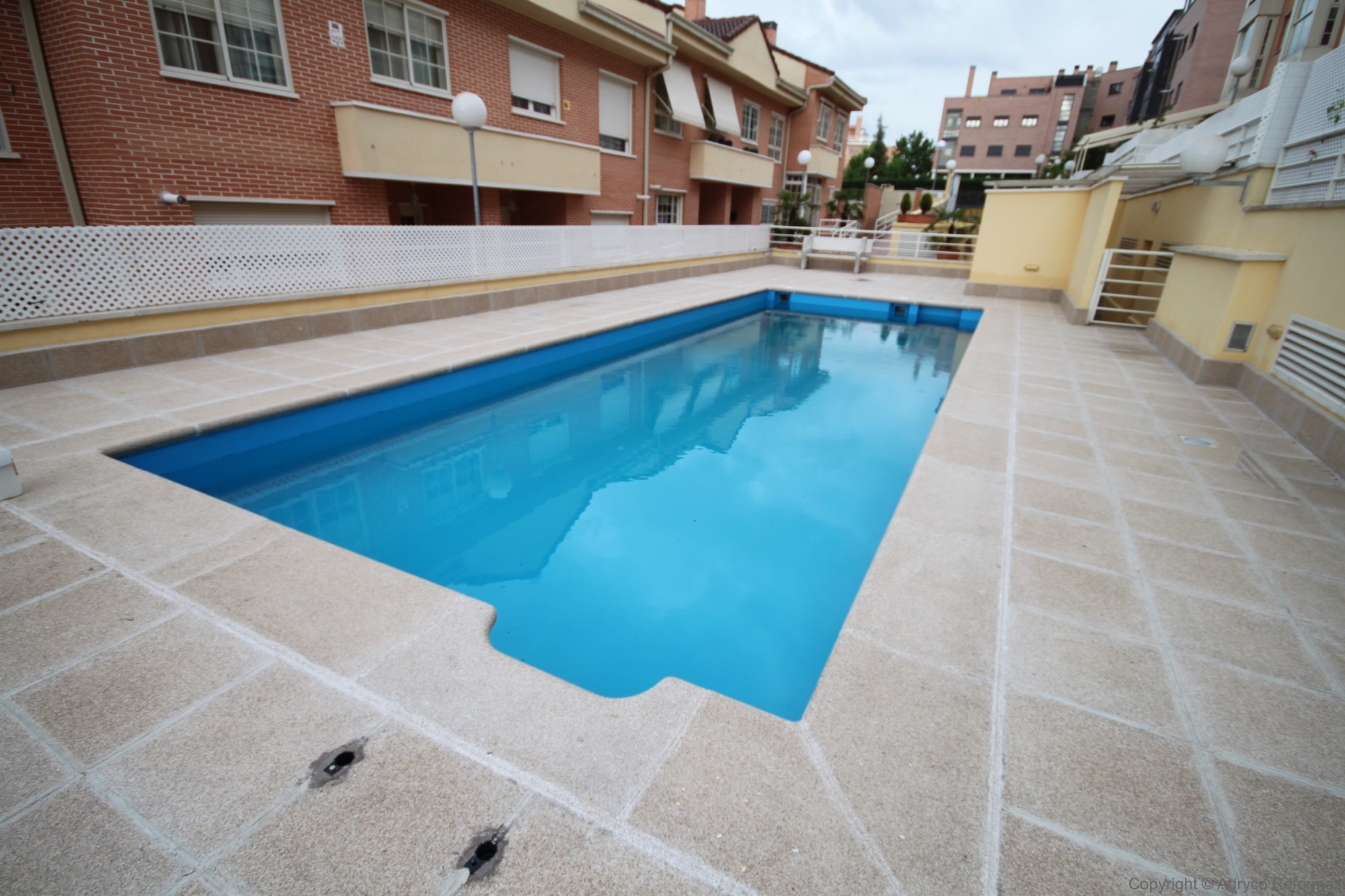 Piscinas y exteriores reforma 3 for Piedra artificial para piscinas